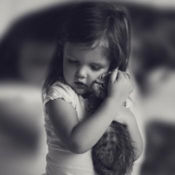 Maza meitenīte un kaķis