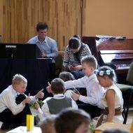 """Baltā galdauta svētki Madlienas vidusskolā – """"Latvju godi""""."""