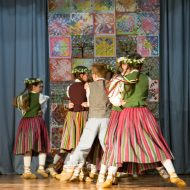 """Mātes dienas koncerts Madlienas vidusskolā """"Māte un Latvija""""."""