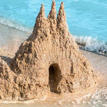 Kā smilšu pilis jūras krastā…